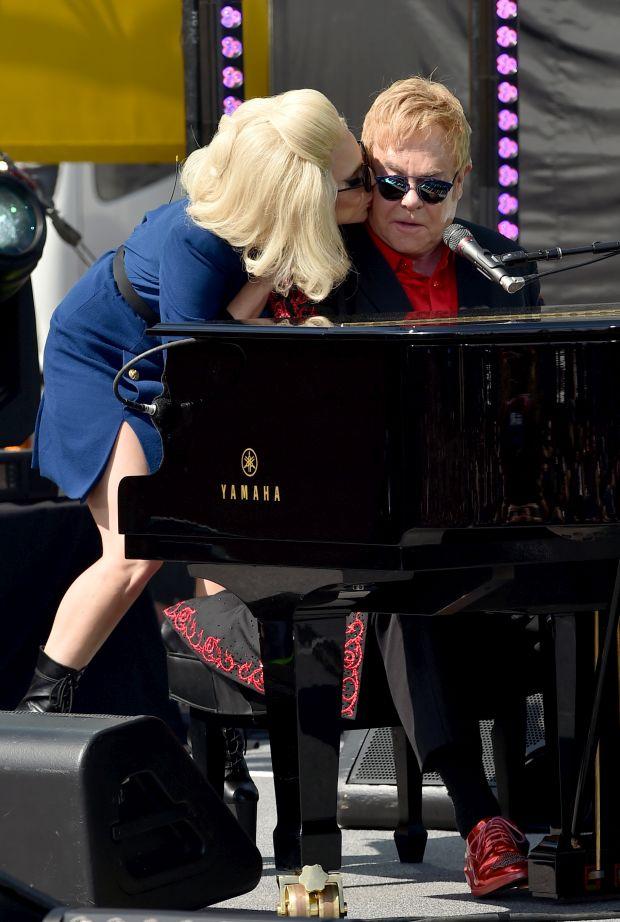 Елтон Джон і Леді Гага заспівали на вулиці напередодні «Оскара»
